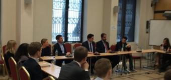 Συζήτηση με μέλη της νεολαίας του Σουηδικού κυβερνώντος κόμματος